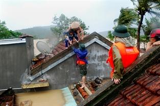 Cứu dân trong bão lũ.