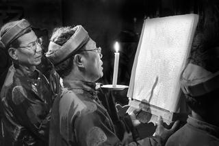 Chủ bái đọc văn tế Lễ khao lề thế lính Hoàng Sa.