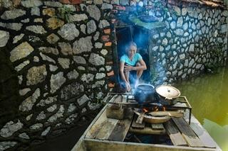 Nấu cơm trên thuyền