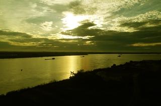 Xóm nổi trên bãi giữa sông Hồng